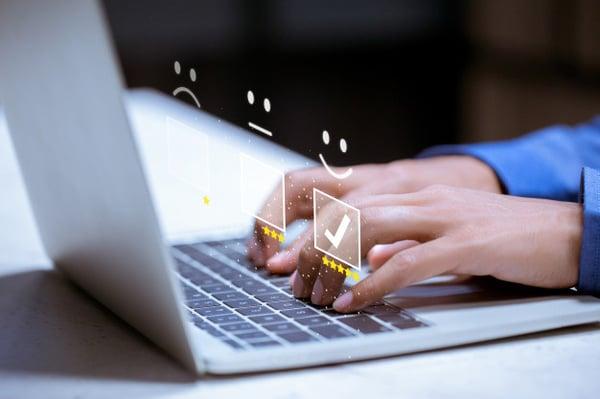 cliente-negocios-presionando-emoticon-cara-sonriente-linea-calificacion-servicio-concepto-satisfaccion_34936-2724-jpg