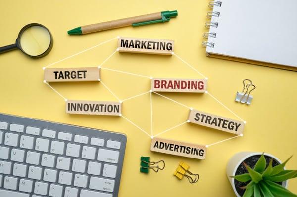 concepto-marca-bloques-madera-inscripciones-marketing-estrategia-objetivo-publicidad_102583-2221