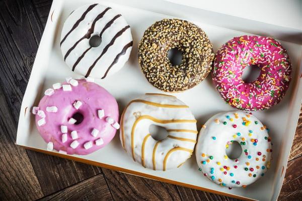 donuts-glaseados-recien-horneados-caja_128406-664