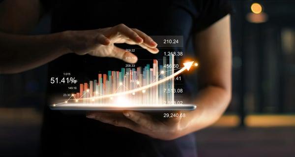empresario-sosteniendo-tableta-mostrando-holograma-virtual-creciente-estadisticas-grafico-grafico-flecha-arriba_34200-307