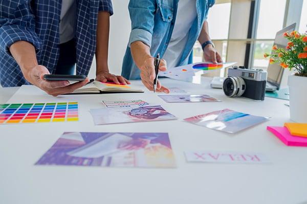 equipo-creativo-lanzamiento-disenador-asiatico-publicidad-que-discute-ideas-oficina_1418-2282