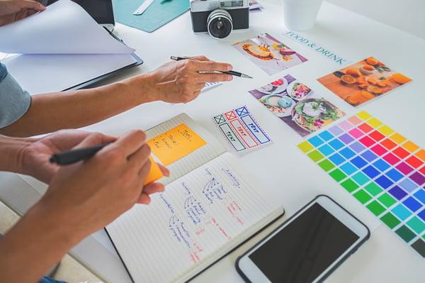 equipo-creativo-lanzamiento-disenador-asiatico-publicidad-que-discute-ideas-oficina_1418-2283