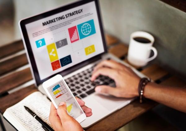estrategia-marketing-concepto-dispositivos-digitales_53876-23053-1