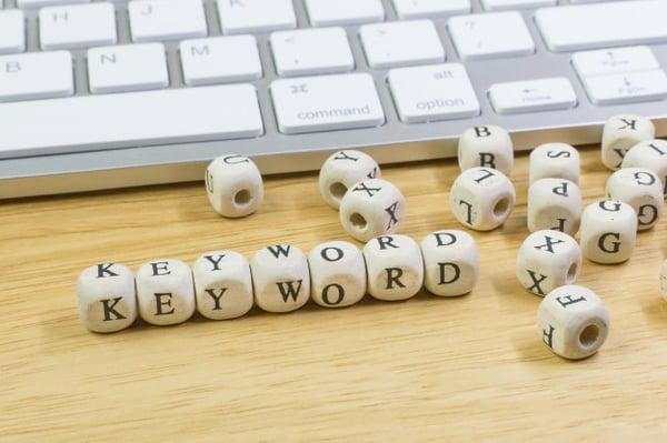 palabra-clave-concepto-cubo-madera-fondo_35719-760